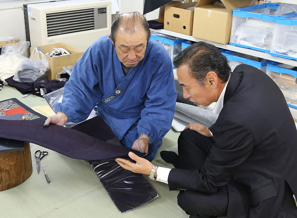 Tozando's president, Mr Takahiko Kimura having a discussion with a veteran Kendo Bogu craftsman, Tatsuo Nagasaki