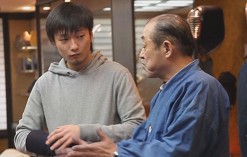Tozando Kendo Bogu craftsman, Tatsuo Nagasaki advising a customer