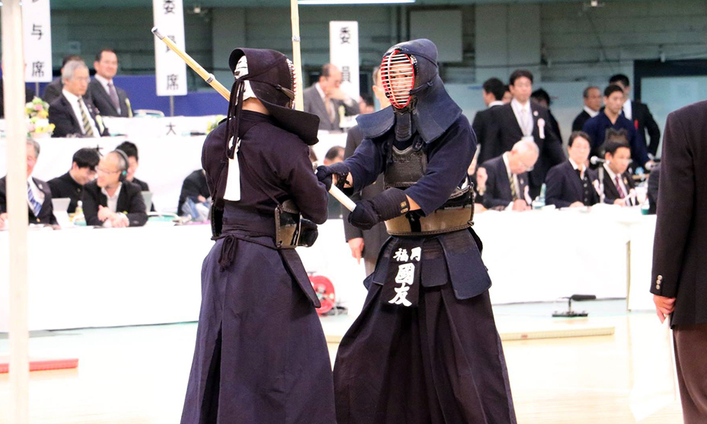 Two kendoka engaged in the deadlock of tsubazeriai.