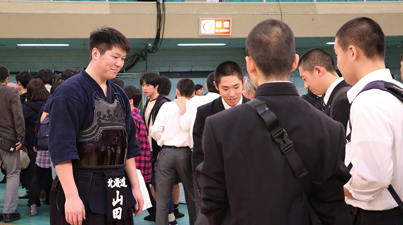 Yamada Ryohei chatting with young Kendo students after the 66th All Japan Kendo championship