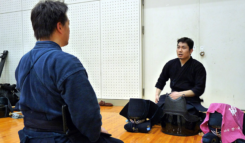 Kendo Kyoshi 7-dan Hayashi Takahiro giving an advice to an intermediate player