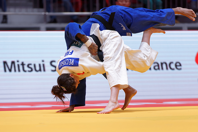 Two judoka compete with each other trying to score an ippon by throwing the opponent to the ground.