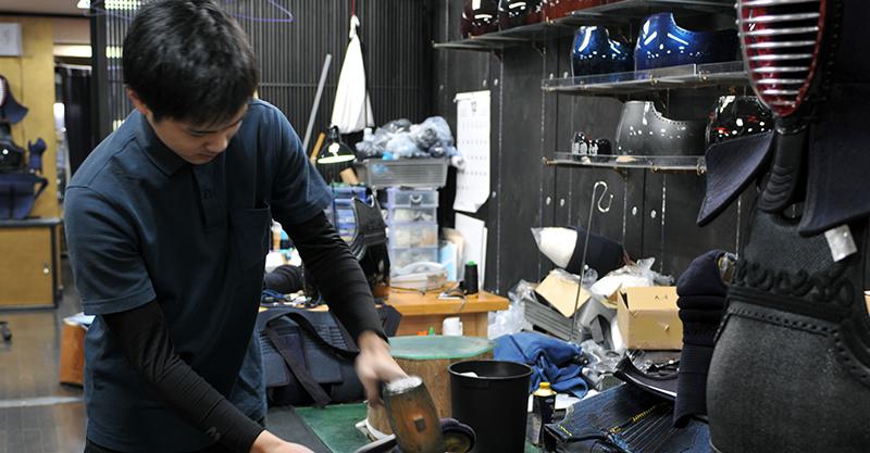 Kondo assisting the Kendo Bogu repair