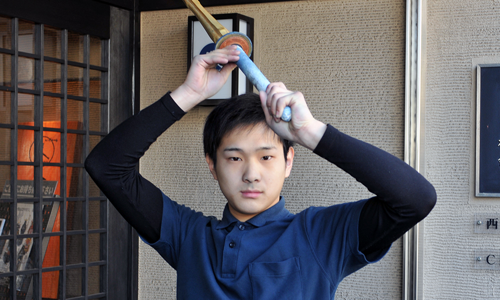 Tozando Kendo player holding Shinai with Jodan Kamae
